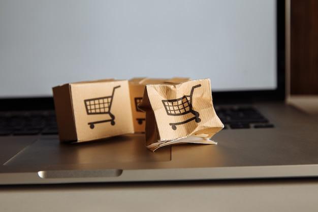 Uszkodzona przesyłka na klawiaturze laptopa.