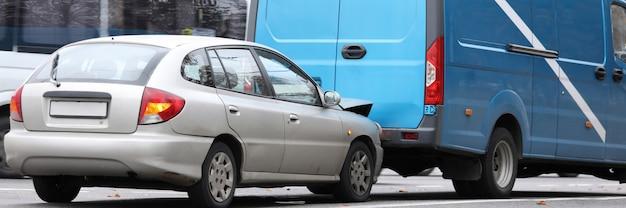Uszkodzone auto i furgonetka