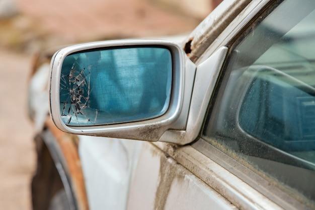 Uszkodzone lusterko samochodowe. uszkodzone lusterko samochodowe