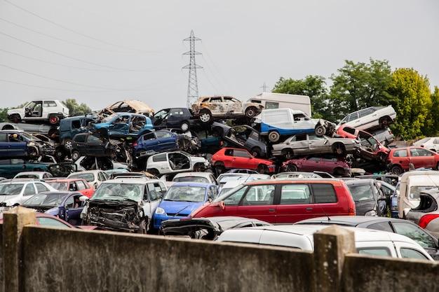 Uszkodzone samochody old junk on junkyard