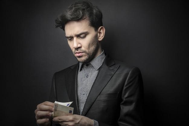 Uszkodzony biznesmen liczenia pieniędzy