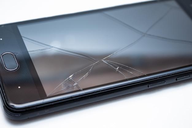 Uszkodzony pęknięty telefon