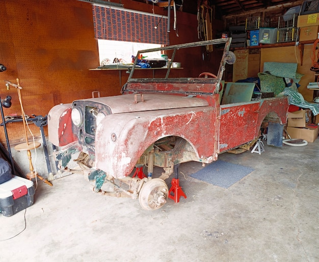 Uszkodzony samochód w garażu