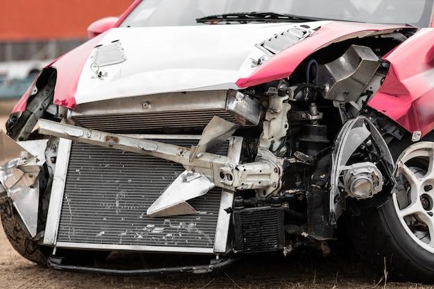 Uszkodzony samochód w wyniku wypadku na drodze