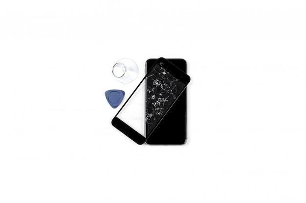 Uszkodzony telefon na białym tle