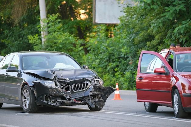 Uszkodzony w ciężkich pojazdach powypadkowych po kolizji na miejscu wypadku ulicznego w mieście. koncepcja bezpieczeństwa drogowego i ubezpieczenia.