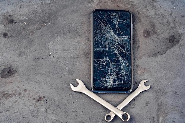 Uszkodzony wyświetlacz smartfona i narzędzi