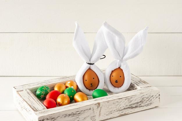 Uszy zajączka wielkanocnego wykonane z serwetek i jajek. świąteczna dekoracja na wakacje.
