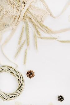 Uszy żytnie w woreczku ze sznurka, ramka na wieniec i szyszka jodłowa