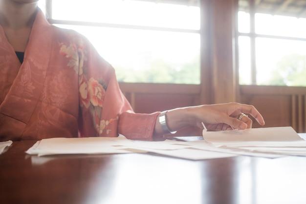 Utalentowana kobieta pracująca z japońskim papierem