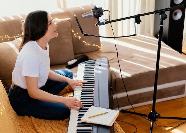 Utalentowana osoba zajmująca się produkcją muzyki w domowym studiu