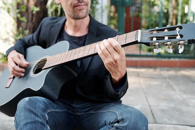Utalentowany muzyk grający na gitarze