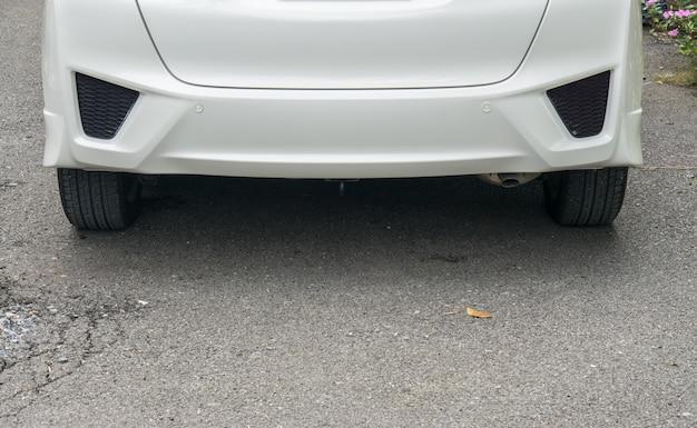 Utracona tablica rejestracyjna na białym samochodzie