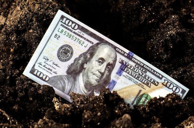 Utracone dolary amerykańskie w ziemi. kryzys gospodarczy w usa. dewaluacja waluty i inflacja. kryzys koronawirusowy.