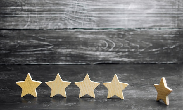 Utrata piątej gwiazdy restauracji lub hotelu. spadek oceny i uznania.