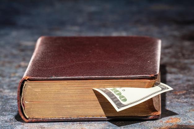 Uwaga zakładki sto dolarów w starej książce.