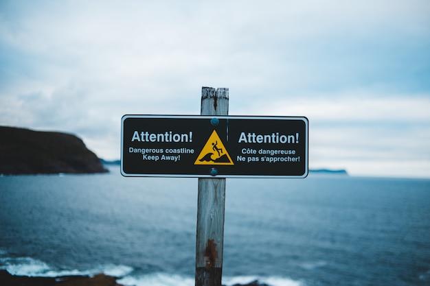 Uwaga znak w pobliżu wody morskiej