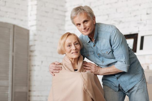 Uważając na moją miłość. mądry, czarujący starszy mężczyzna upewniający się, że jego pani jest ciepło, a ona prosi go o przysługę podczas spędzania czasu w domu