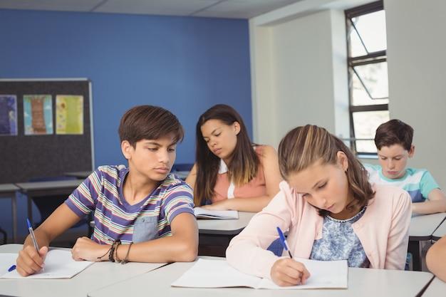 Uważne dzieci w szkole odrabiania lekcji w klasie