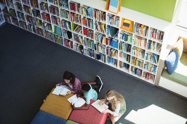 Uważni studenci uczący się w bibliotece