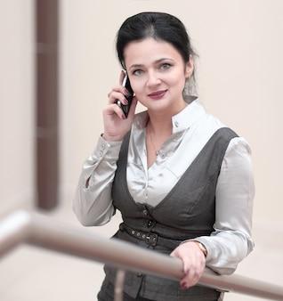Uważny asystent rozmawia przez telefon komórkowy