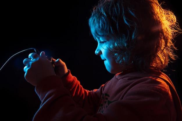Uważny chłopiec grający w gry wideo