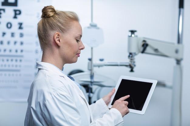 Uważny okulista za pomocą cyfrowego tabletu