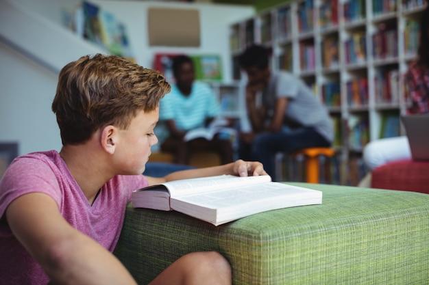 Uważny student studiujący w bibliotece