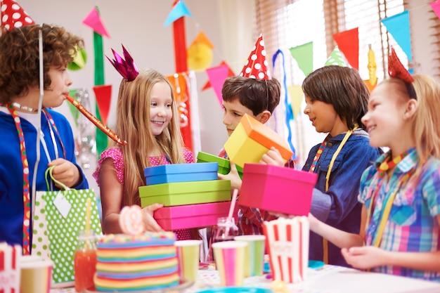 Uwielbia prezenty urodzinowe