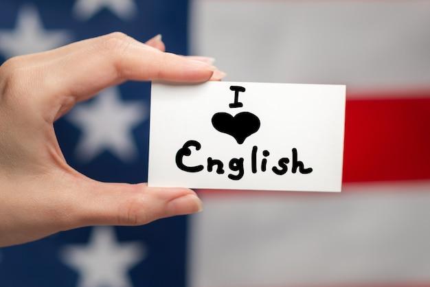 Uwielbiam angielski tekst na karcie. tle flagi amerykańskiej.