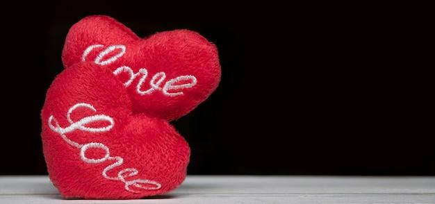 Uwielbiam czerwone serce na białym drewnie z czarnym