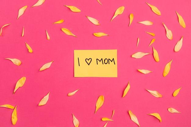 Uwielbiam papier mama wśród płatków kwiatów