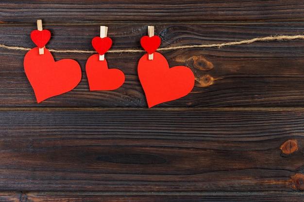 Uwielbiam papierowe serce na sznurku. walentynki dzień, kopia przestrzeń
