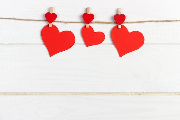 Uwielbiam papierowe serce na sznurku. walentynki pojęcie, copyspace