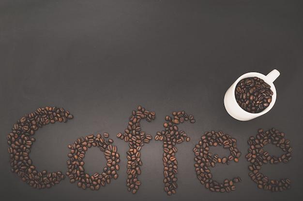Uwielbiam pić kawę, ziarna kawy uzupełniają słowo kawa