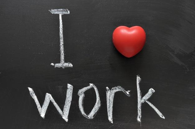 Uwielbiam pracę - pozytywna koncepcja odręcznie napisana na czarnej tablicy