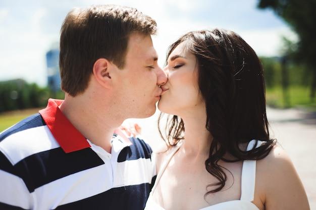 Uwielbiam romans. para spędzać czas razem w parku