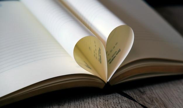 Uwielbiam serce z kartek książki