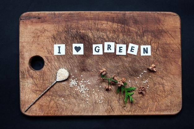 Uwielbiam zielony napis na drewnianej desce.