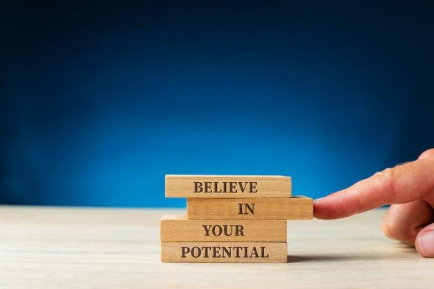 Uwierz w swój potencjał napisany na drewnianych kołkach