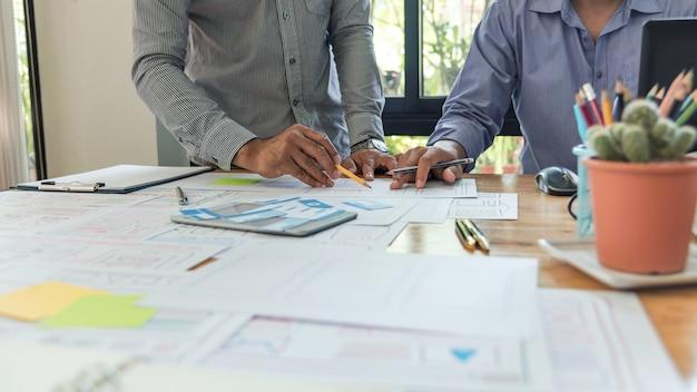 Ux designer projektuje prototyp układu smartfona z rysunkiem koncepcji pomysłu planu szkicu.