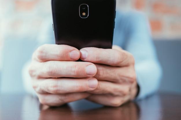 Uzależnienie od internetu z mężczyzną trzymającym telefon
