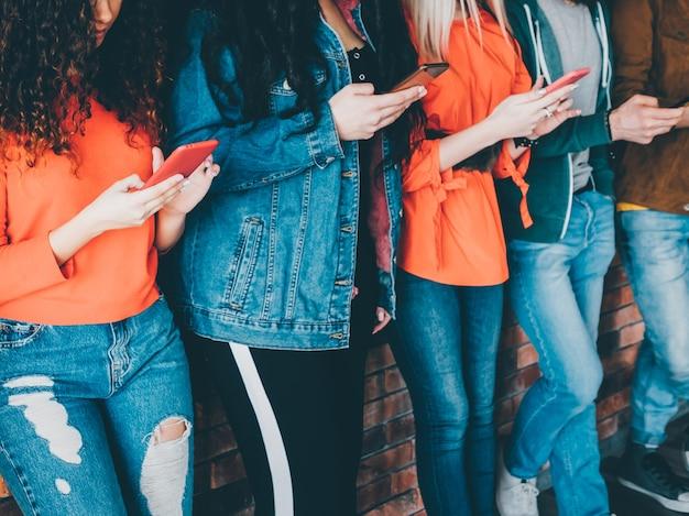 Uzależnienie od mediów społecznościowych. wiosłuj ludzi ze smartfonami. styl życia milenialsów. technologia wypoczynku.