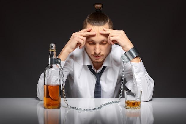 Uzależniony człowiek myśli o swoich problemach