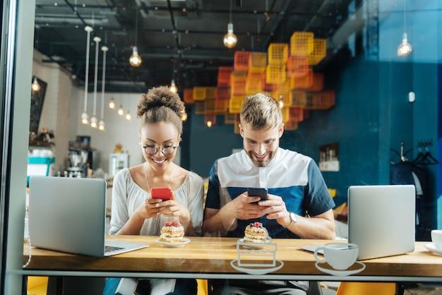 Uzależniony od internetu. uzależniona od internetu para dobrze czuje się podczas robienia zdjęć swoich deserów i kawy