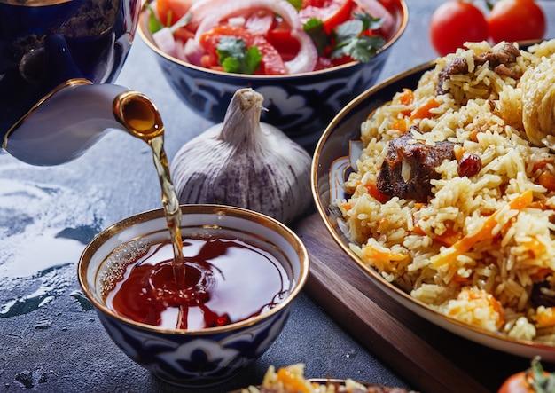 Uzbecki pilaw w niebieskich i złotych naczyniach
