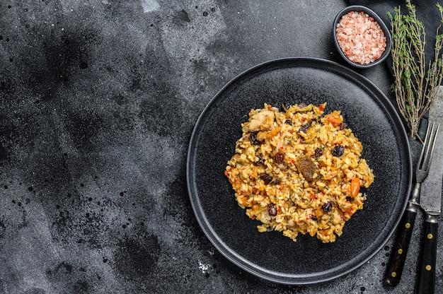 Uzbecki pilaw z wołowiny, jagnięciny, kurczaka, na dużym talerzu