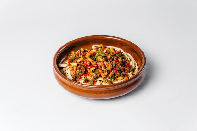 Uzbeckie danie narodowe makaron lagman