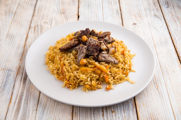 Uzbeckie danie pilaw z ciecierzycą i wołowiną