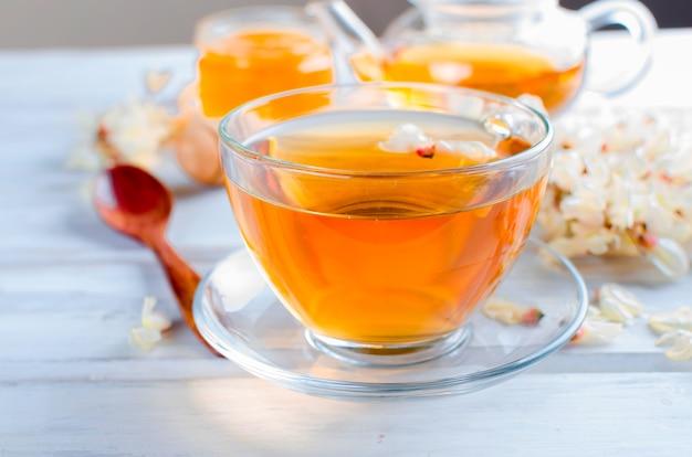 Uzdrawiająca herbata ziołowa z miodem z kwiatów akacji